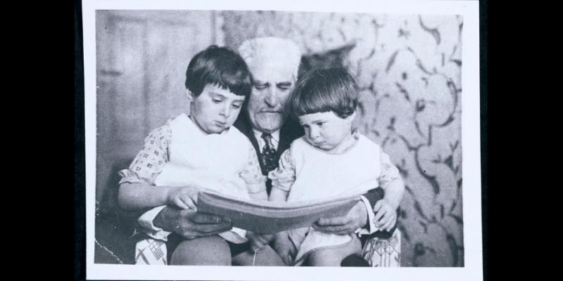 Cemachas Šabadas skaito savo anūkams, Urieliui ir Gabrieliui, 1931 (JIVO archyvo fotografija)